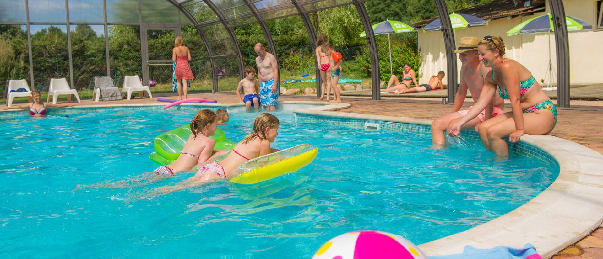 Panorama de personnes au bord de la piscine couverte du camping à Gerardmer avec Piscine le clos de la chaume