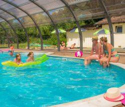 Personnes au bord de la piscine au Camping Sites Et Paysages Au Clos De La Chaume