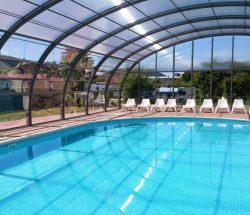 Vu de la piscine couverte et chauffée du camping à Gerardmer au clos de la chaume