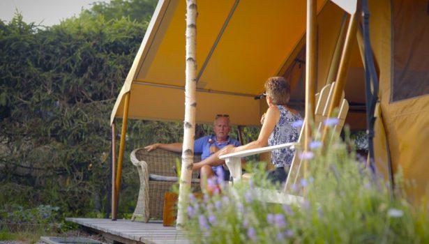 Terrasse tente glamping dans les Vosges, Camping Au Clos de la Chaume