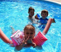 Petite fille dans la piscine du camping avec piscine à gerardmer au clos de la chaume