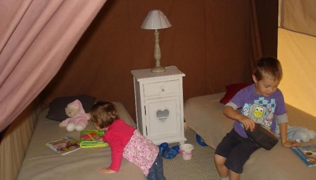 Chambre pour enfants en tente glamping dans les Vosges