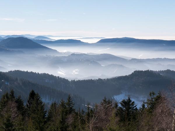 Camping Vosges : vue embrumée sur le massif des Vosges